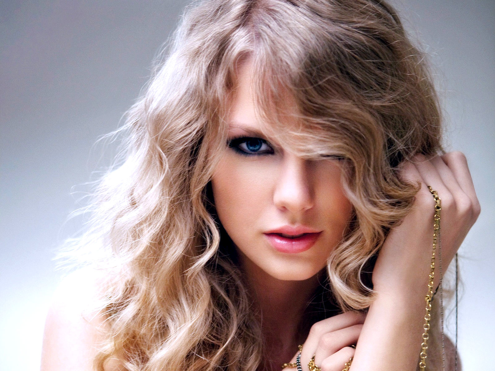 Taylor Swifts Evolving Beauty